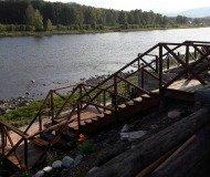 Деревянная лестница к воде