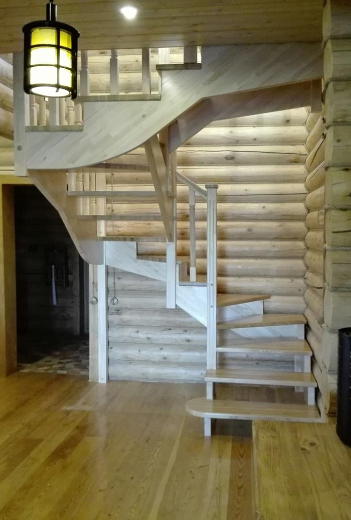 Трехмаршевая лестница с поворотными ступенями
